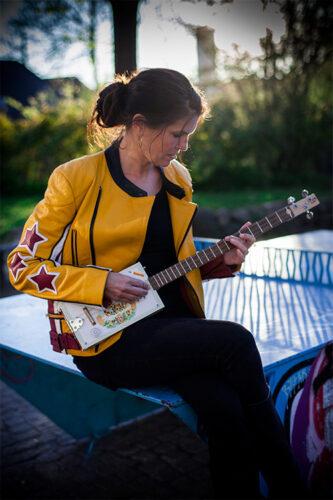 Anna Kruse spiller BAGOM sange til parkbænkskoncerter