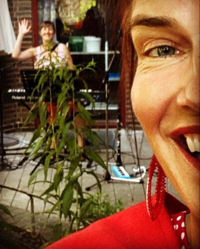 OPSANG - allsångs konsert i gården med Anna Kruse och Sara Futtrup