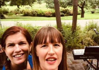 Anna Kruse og Sara Futtrup til fællessangskoncert i gården